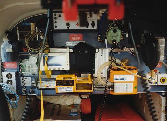 In dieser Weise war die Rückwand der Zelle der BO 105 während ihrer Einsatzzeit für die TeutoAir bestückt