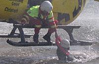 Rettung von Ertrinkenden mittels Stehhaltegurt durch Rettungshubschrauber, hier ein Foto von einer Übung mit einer EC 135