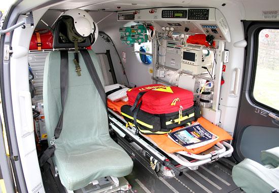 Gut erkennbar unter anderem Navigationshilfe und Notfallrucksack auf dem Tragenkopfteil, sowie die Funkeinheit mit Statusgeber über dem Regal im Seitenfenster. Oberhalb des Tragenfußteils angebracht s