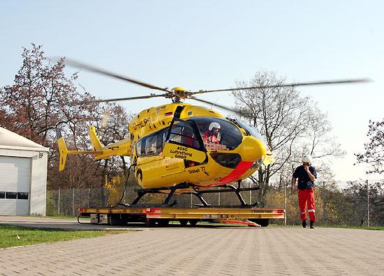 Start zum nächsten Einsatz; der Rettungsassistent kontrolliert die Sicherheit der Maschine