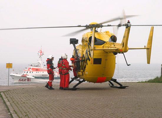 Einheiten unterschiedlicher Rettungsorganisationen im gemeinsamen Übungseinsatz im Juni 2005