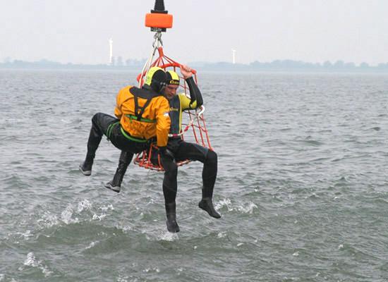 Der Rettungskorb am Windenseil zur Personenrettung aus dem Wasser