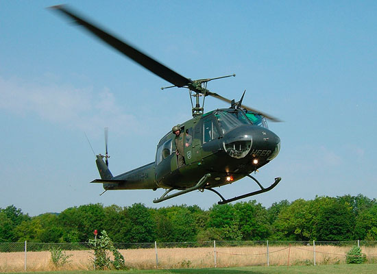 Anflug des Heeresflieger-Hubschraubers, welcher anschließend ebenfalls zu besichtigen war
