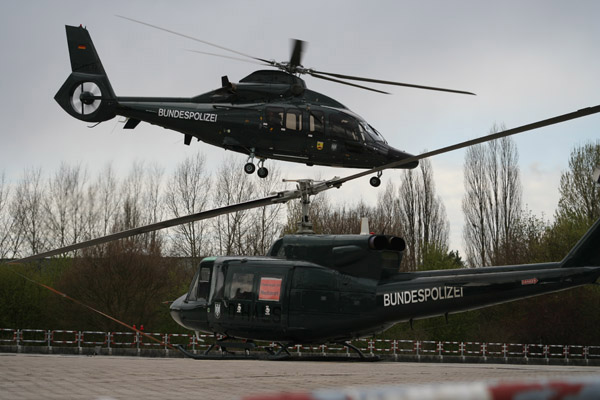 Die D-HALS flog das anfallende Einsatzgeschehen, während die EC 155 (im Abflug) als VIP-Shuttle diente