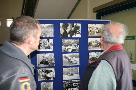"""Zwei Luftwaffen-Angehörige, ehemalige Crew-Members des """"SAR 71"""" vor Foto-Impressionen aus den 70ern"""