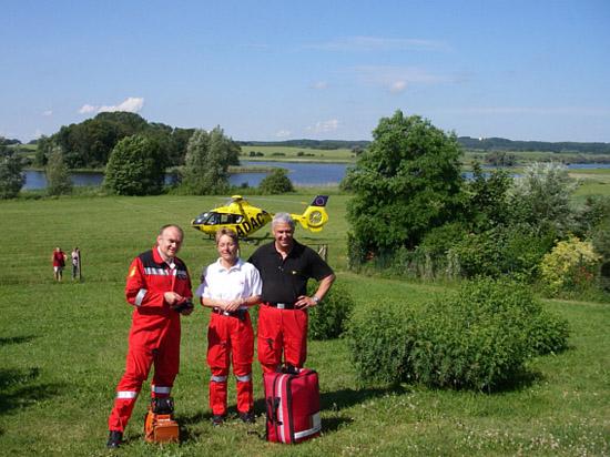Mitten im Sommer der erste Einsatz vor traumhaftem Panorama, es wirkt fast wie ein Betriebsausflug: V.l.n.r. Rettungsassistent Lutz Morgenstern, Ärztin Claudia Schafranka und Pilot Michael Michalk