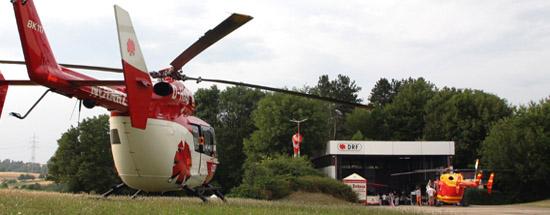 Ein Hubschrauber im static display (li.) und Christoph 41