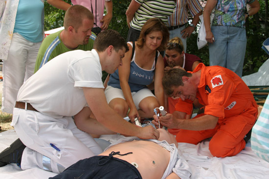 Notarzt Dr. Karl Otto Walz führte interessierte Besuchern an einer Puppe eine Reanimation vor