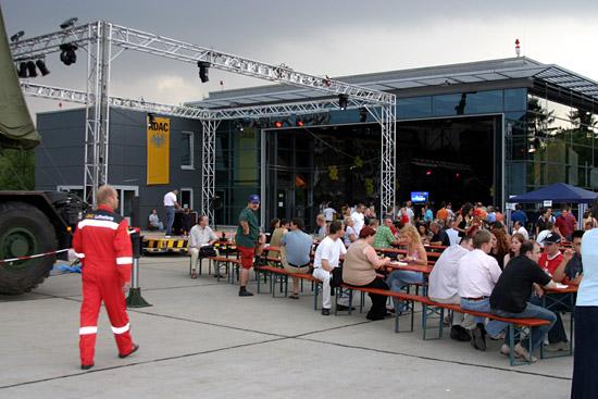 Zahlreiche Freunde und bekannte Gäste vor dem Hangar.
