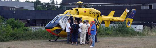 Interessierte Gäste am Rettungshubschrauber Christoph 22.