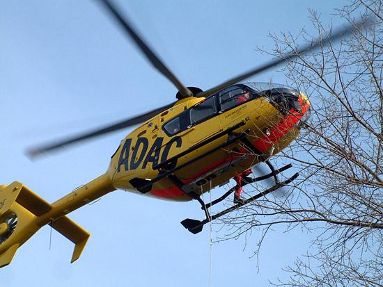 Pilot Achim Rümmler hält den Hubschrauber direkt über der Einsatzstelle am Hindernis in der Standschwebe. Aufgrund der variablen Seillänge kann er dabei die für ihn optimale Position einnehmen