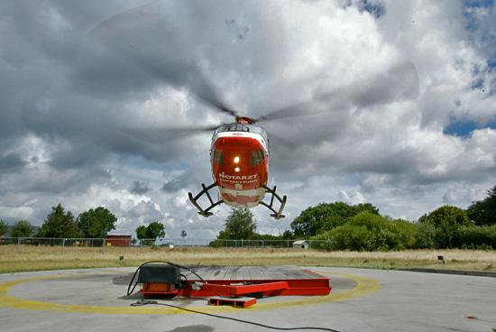 Flensburg schon fast zum Greifen nahe: Drei Tonnen Hubschrauber heben vom Boden ab in den windzerzausten Himmel