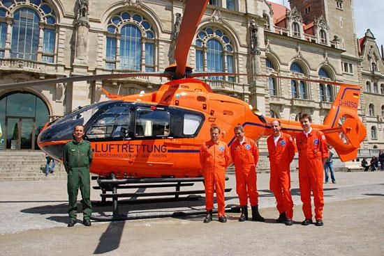Haben jetzt wieder eine zeitgemäße Ausstattung: Bundespolizei-Pilot und medizinisches Personal