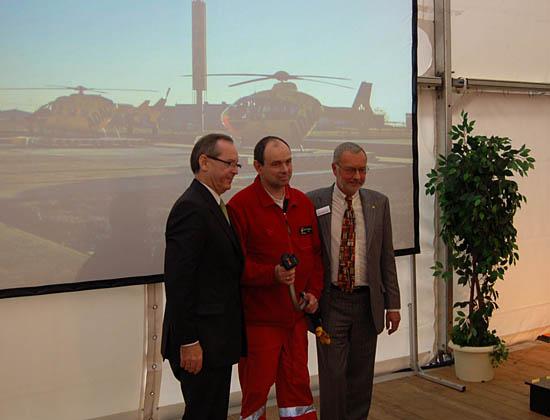 Peter Meyer, Präsident des ADAC, Martin Handschuh, Pilot und Stationsleiter am LRZ Dölzig und der Geschäftsführer des ADAC Sachsen e.V.