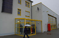 Der Eingang zum Luftrettungszentrum. Im Bild links oben zu sehen das System zur Warmwassergewinnung