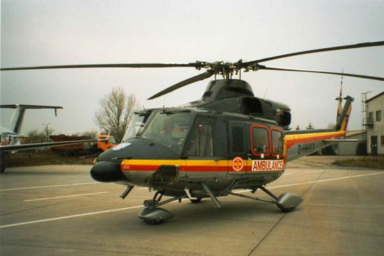 """ITH """"Christoph 50/2"""" vor dem Erfurter Hangar auf Einsatzposition; diese Maschine ist 2002 als ITH Berlin in der Nähe bei Pritzwalk abgestürzt und ausgebrannt"""