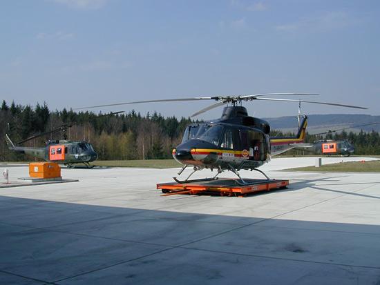 Bell 412 des HDM am LRZ Bad Berka auf der Landefläche mit den Einsatzmaschinen der SAR Kommandos Erfurt und Holzdorf