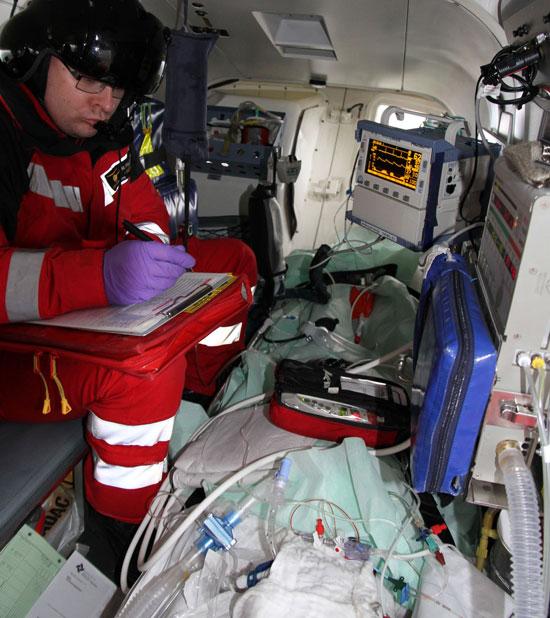 Während des Transports überwacht Notarzt Martin Feldmann die schwerverletzte Patientin mit modernster Medizintechnik