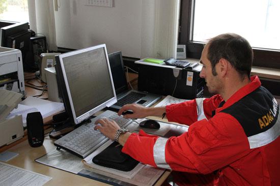 Zurück an der Basisstation erledigt Pilot Daniel Bravi die übliche Einsatzdokumentation