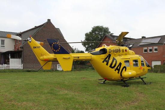 Direkt am Ortsrand landete der Pilot die gelbe BK 117. Zur Einsatzstelle waren es noch rund 300 Meter
