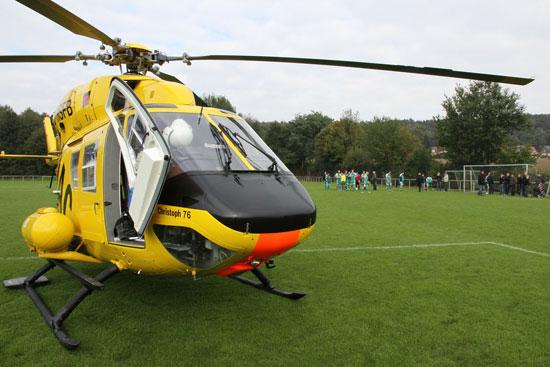 Notfall auf einem Sportplatz – Christoph Westfalen erreichet die Einsatzstelle in rund 10 Minuten