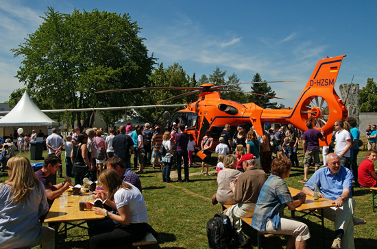 Hubschrauber zur Besichtung im Garten