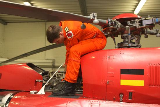Nicht nur der Pilot kontrolliert seine Maschine, auch die medizinische Besatzung überprüft täglich die Beladung und Ablaufdaten der Medikamente