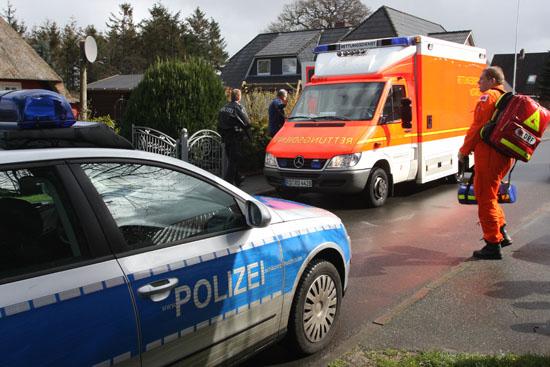 Die medizinische Besatzung wird mit einem Polizeiwagen vom Landeplatz des Hubschraubers zum Patienten gebracht, der RTW trifft wenig später ein