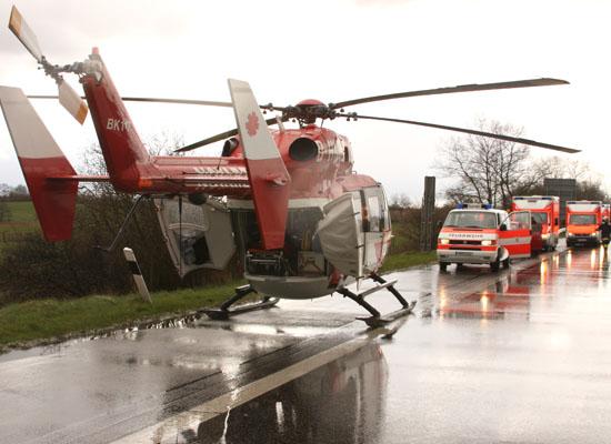 """Kurz nachdem """"Christoph 42"""" auf der Fahrbahn gelandet ist, treffen weitere Rettungsmittel an der Unfallstelle ein"""