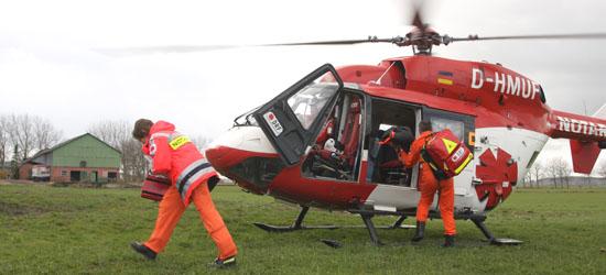 Nach der Landung auf der Weide läuft die medizinische Besatzung zum Patienten