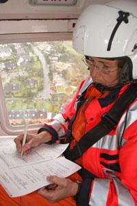 Auf dem Hinflug zur Einsatzstelle liest sich Dr. Ulrike Lamp noch einmal alle Informationen von der Leitstelle durch