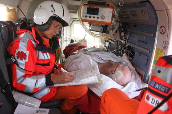 Während des Sekundärtransportes überprüfen Notärtzin und Rettungsassistent laufend die Vitalwerte des Patienten