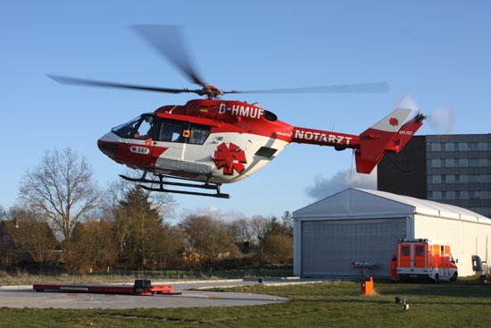 """Landung am Krankenhaus in Niebüll. Im Hintergrund ist die Station von """"Christoph Europa 5"""" – ebenfalls von der DRF Luftrettung – zu sehen"""