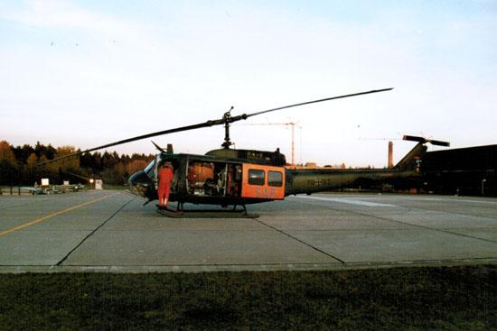 """Der """"SAR 75"""" mit dem bekannten Muster Bell UH-1D am Standort in Ulm"""