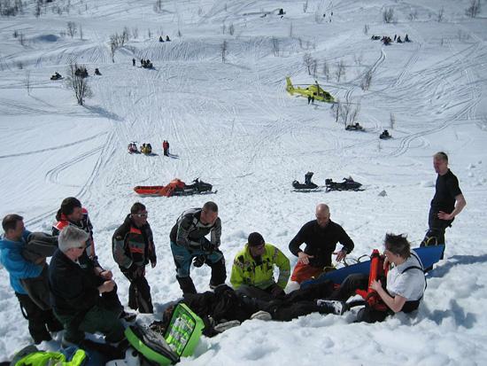 Versorgung eines Skifahrers an der norwegischen Grenze. Die Schneedecke ist 1,5m dick - man muss ganz schön krabbeln bis man beim Patienten ist...