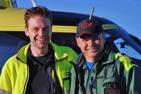 Rettung im Land der Mitternachtssonne. Da darf es auch Spaß machen: Pilot Jan Hansson (rechts) und der Autor dieses Textes morgens um 4:00 auf dem Kebnekaise
