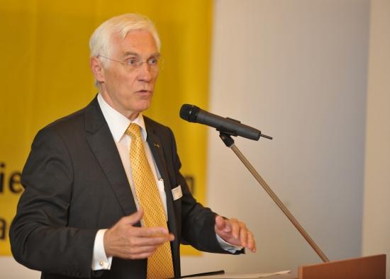 Friedrich Rehkopf, Geschäftsführer der ADAC Luftrettung GmbH, führte als Moderator durch die Grußworte