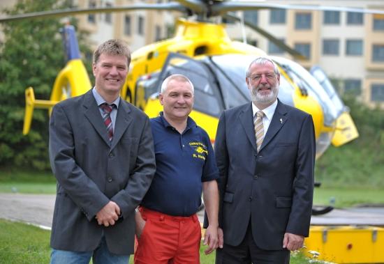 Der Leitende Hubschrauberarzt Dr. Horst Theodor Fricke freute sich mit Stationsleiter Ralf Hartmann und ADAC-Vizepräsident für Technik, Thomas Burkhardt über das Jubiläum