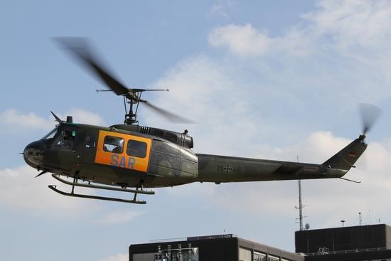 Bereits am Freitagmittag landete die Huey aus Penzing am BwKrhs. Die Bell UH 1D mit der Kennung 71+48 war die erste Maschine die in Ulm als SAR 75 ab dem 02.11.1971 eingesetzt wurde