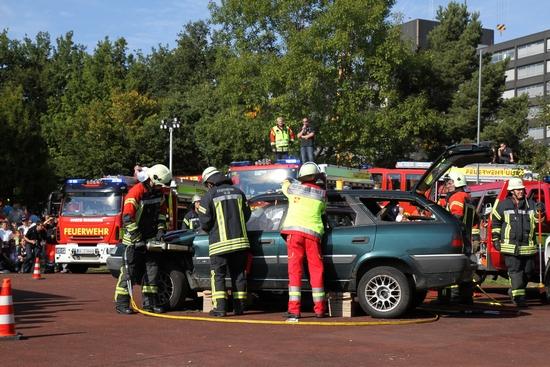 Vorführung eines angenommenen Verkehrsunfalls und dem reibungslosem Zusammenspiel zwischen Feuerwehr und Rettungsdienst