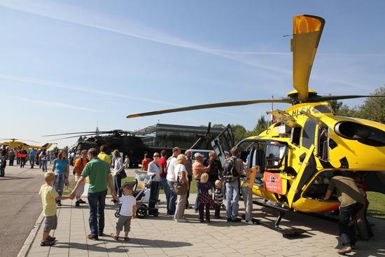 eine neue EC 135 vom ADAC stand ebenfalls zur Besichtigung bereit