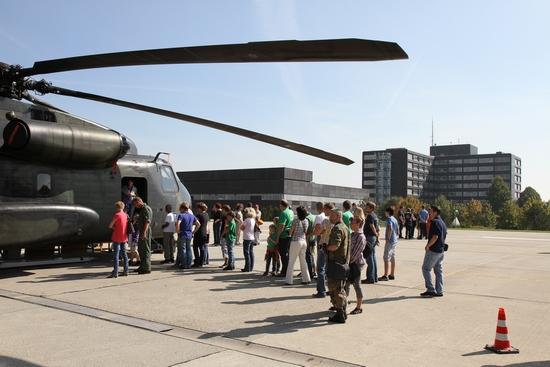 Neugierige Blicke vor dem Großraumrettungshubschrauber CH53 der Laupheimer Heeresflieger