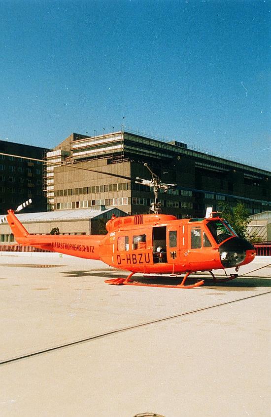 """In den Jahren 1981 und 1984 stießen jeweils eine Bell UH-1D aus Bundeswehrbeständen zur ZSH-Flotte. Sie wurden bis 1997 an den Standorten Wittlich und Hannover eingesetzt. Im Bild """"Christoph 4"""" an der Medizinischen Hochschule Hannover"""