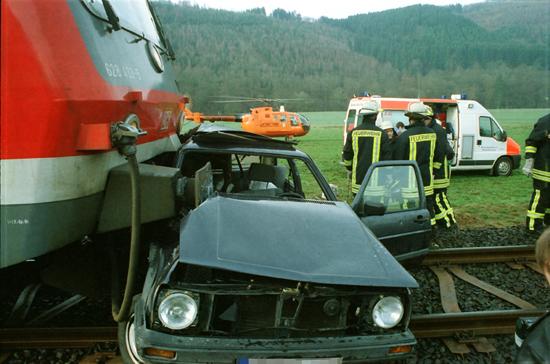Gut ersichtlich ist die enge Zusammenarbeit zwischen Luftrettung, bodengebundener Rettung und Feuerwehr