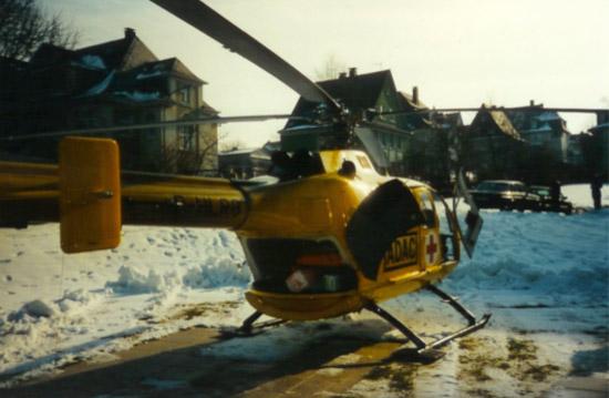 """Die """"Romeo Golf"""" während eines Einsatzes in den achtziger Jahren. Hier am Krankenhaus in Olpe nach der Übergabe eines Patienten. Diese BO 105 ist über lange Zeit der Siegener Stammhubschrauber."""