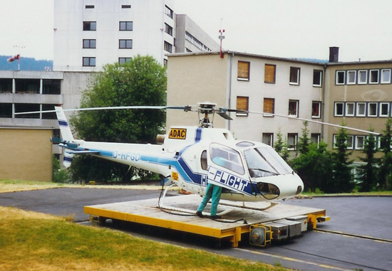 """Dieses """"Eichhörnchen"""" ist zwischen 1985 und 1993 recht häufig als """"Christoph 25"""" im Einsatz. Im Hintergrund zu sehen ist das Schwesternwohnheim (das später auch als Hospiz dienen wird), welches der Besatzung bis in die neunziger Jahre als Unterkunft dient"""
