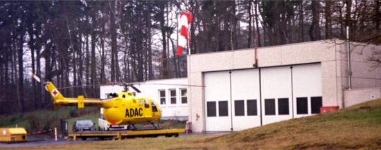 Mitte der Neunziger: der Hangar mit dem neuen Anbau. Davor einsatzbereit die BO 105 CBS.
