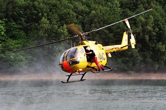 Übung zur Rettung von Personen aus dem Wasser mit Hilfe des Stehhaltegurtes