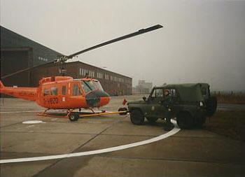 """Ost trifft West: Russ. Geländewagen vom Typ """"UAZ"""" als Zugfahrzeug. Als der Hangar noch nicht fertig gestellt war, erfolge die nächtliche Unterbringung auf dem Militärflugplatz Brandenburg-Briest"""