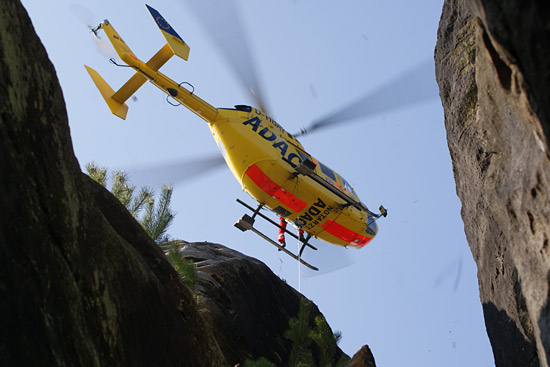 Wer nicht weiß, dass hier Christoph 62 im Elbsandsteingebirge zu sehen ist, könnte ein hochalpines Szenario vermuten